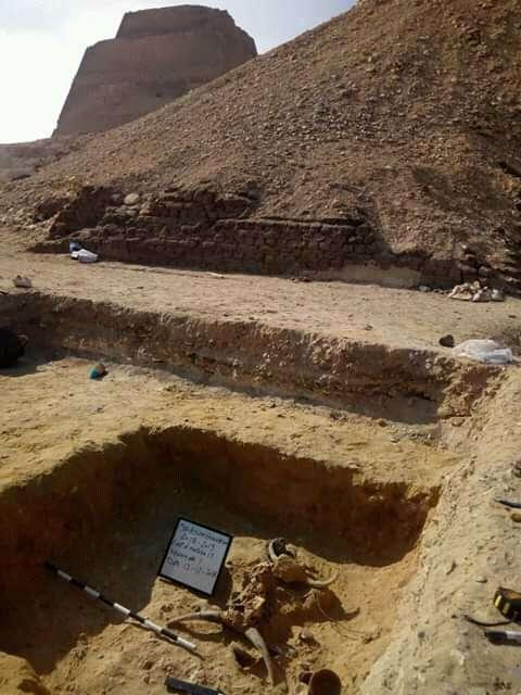 El entierro se encontró en la base de la pirámide en Meidum