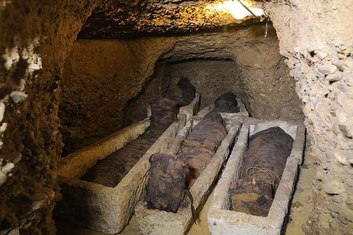 Momias de distintas edades halladas en una necrópolis de Tuna al-Yabal, en la provincia de Menia (centro norte de Egipto)