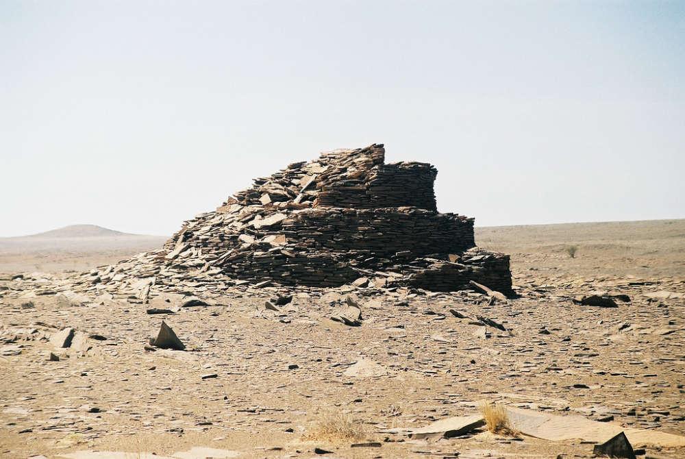 Un gran monumento de bazina en el sector norte de la «Zona Libre» controlada por el Polisario del Sahara Occidental