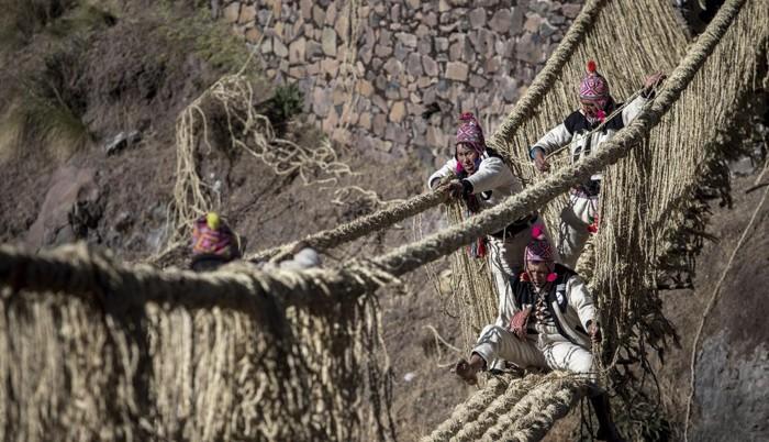 Confeccionando un puente colgante en Perú