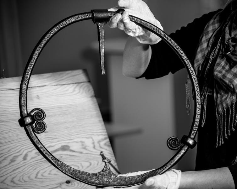 Un anillo de puerta de la era vikinga con una inscripción rúnica, que quizás alguna vez se colgó de un edificio de culto vikingo