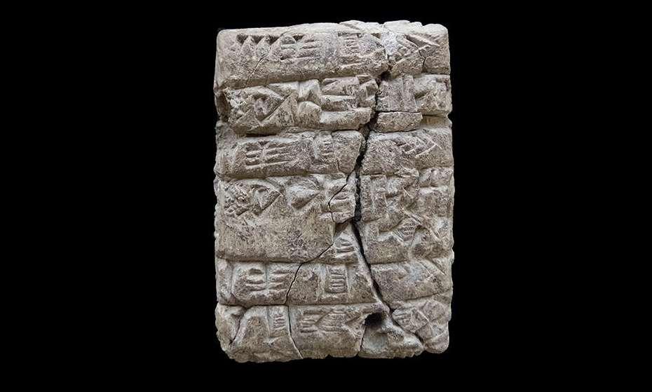 La primera tableta cuneiforme descubierta en Kunara. Es un texto administrativo que registra las entregas de diferentes tipos de harina