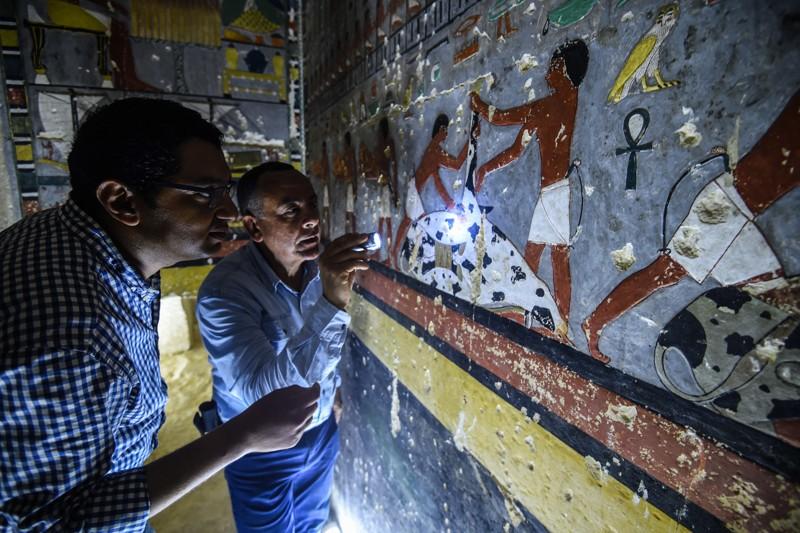 Especialistas inspeccionan la tumba del antiguo noble egipcio Khewi en la necrópolis de Saqqara, 13 de abril de 2019