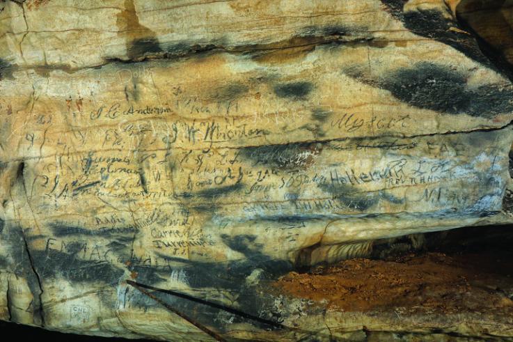 El graffiti euroamericano se muestra debajo de las inscripciones cherokee en el techo en Manitou Cave, Alabama