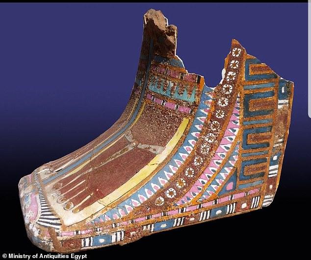 También se encontró que la tumba contenía partes de dos ataúdes de madera pintados (en la foto). Uno de los ataúdes fragmentados presentó un texto completo, detallando el nombre del dueño de la tumba, Tjt, y las oraciones a los dioses