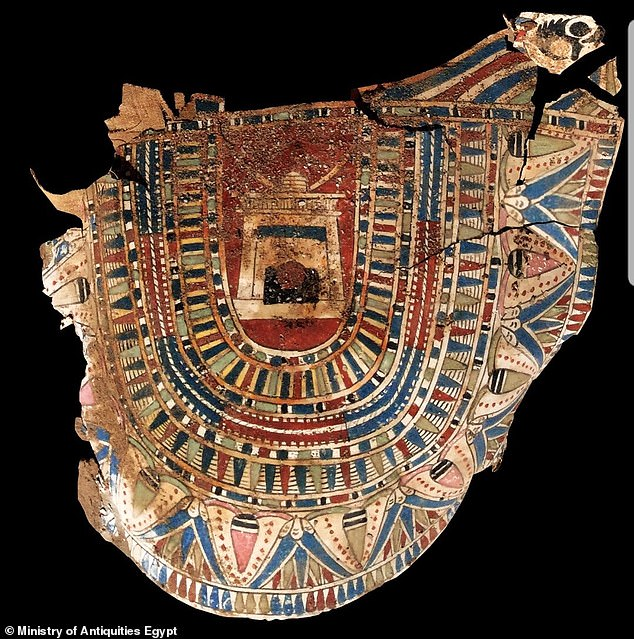 El equipo encontró muchos otros cartonajes de colores vívidos y dorados, partes de máscaras funerarias pintadas de oro y una estatuilla bien conservada de un pájaro Ba.