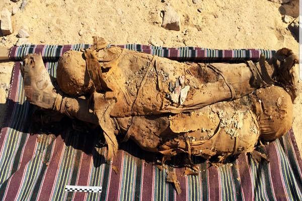 Dos momias, posiblemente una madre y un niño, fueron encontradas en una habitación lateral