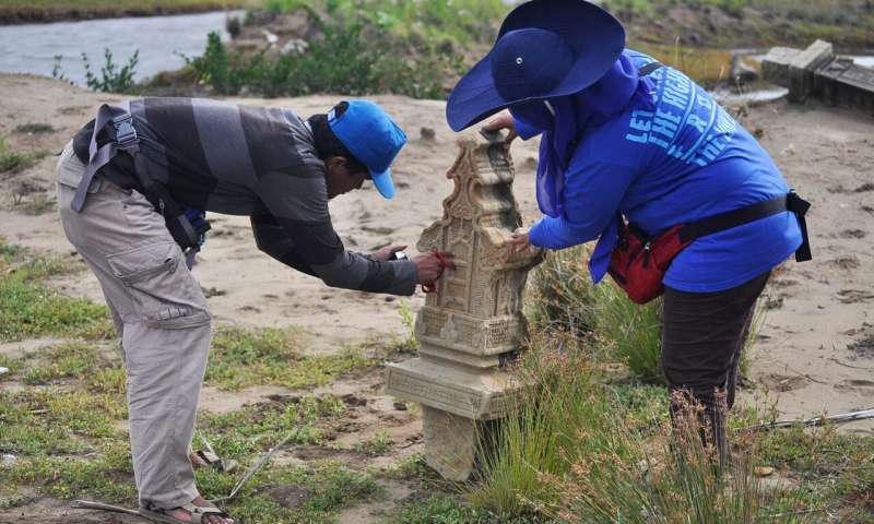 El personal del proyecto grabó la lápida musulmán tallada que fue desplazada por el tsunami del Océano Índico de 2004