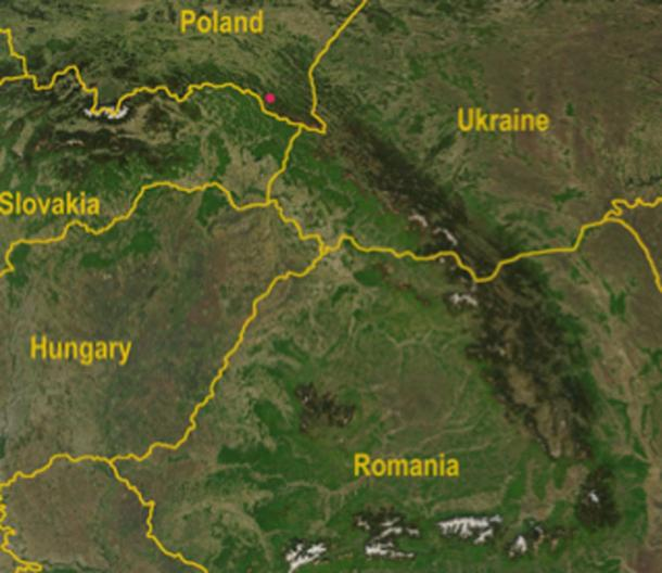 Ubicación del descubrimiento de la cabeza de mazo en Polonia: mapa satelital de las montañas de los Cárpatos con el Paso de Dukla en las Montañas de los Cárpatos, señalado con un punto rojo