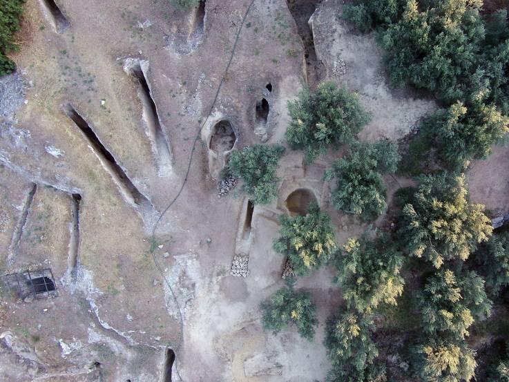 Hallan tumbas griegas antiguas llenas de esqueletos de hace 3.000 años