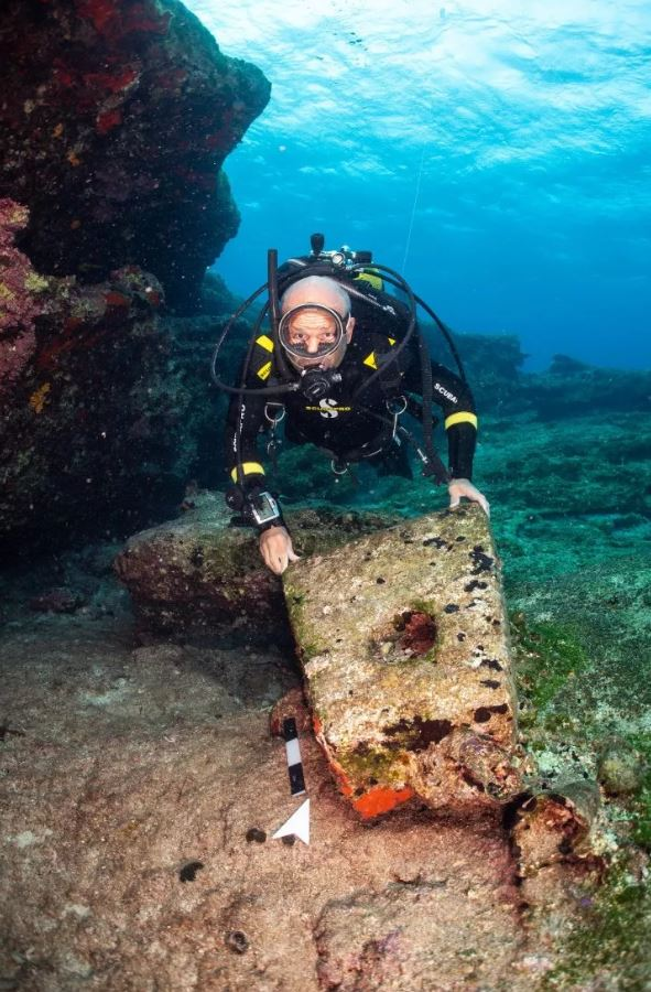 Un ancla de piedra con forma de pirámide encontrada en el sitio del naufragio